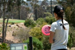 Kona Panis plans her disc golf throw