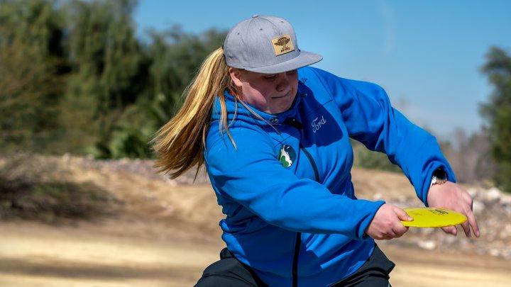 Eveliina Salonen throwing disc golf driver